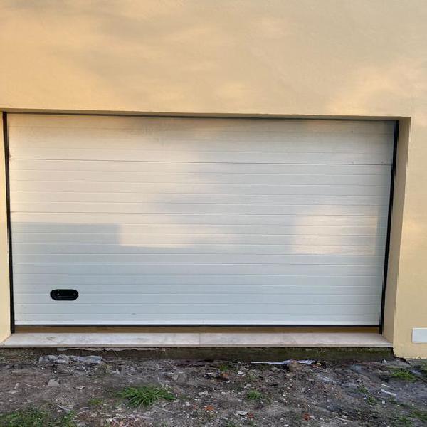 Portão seccionado de garagem como novo