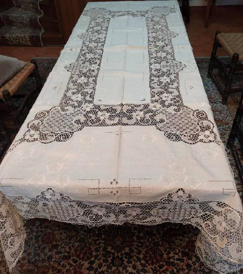 Toalha de mesa com bordado de veneza