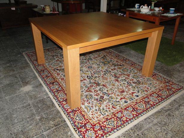 Mesa quadrada em madeira maciçapara sala ou escritório