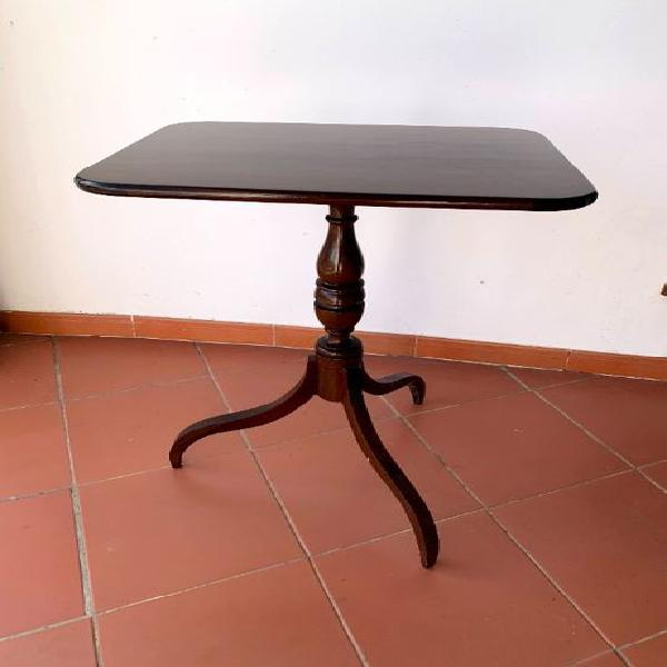 Mesa quadrada com tripé