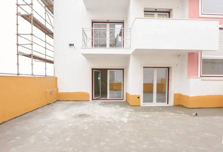 Apartamentos t2 em construção com terraço de...