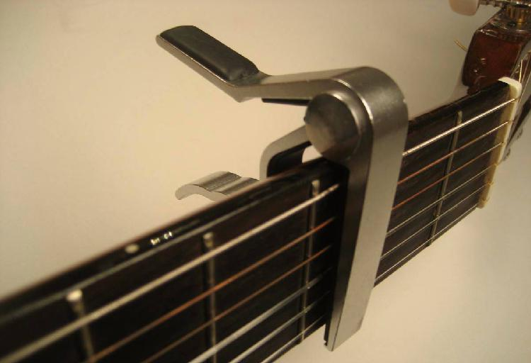 Capotraste / transpositor (cinza) para guitarra