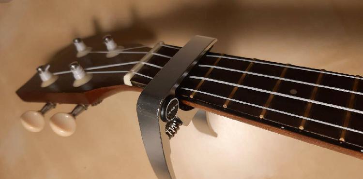 Capotraste / transpositor (cinza) para ukulele