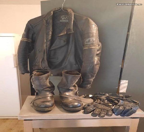 Casaco, botas, luvas e óculos motard