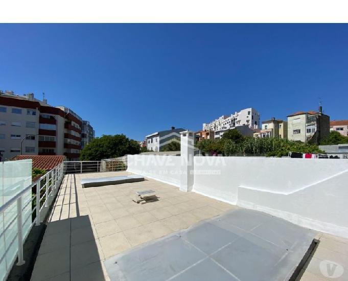 T0 c terraço - renovado e mobilado junto à rotunda da