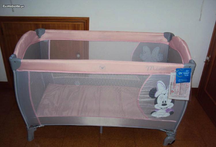 Cama de viagem para bebé ou criança. base estrado forrado